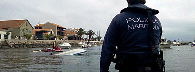 Autoridade Marítima assiste embarcação de recreio naufragada à entrada do canal de Ovar