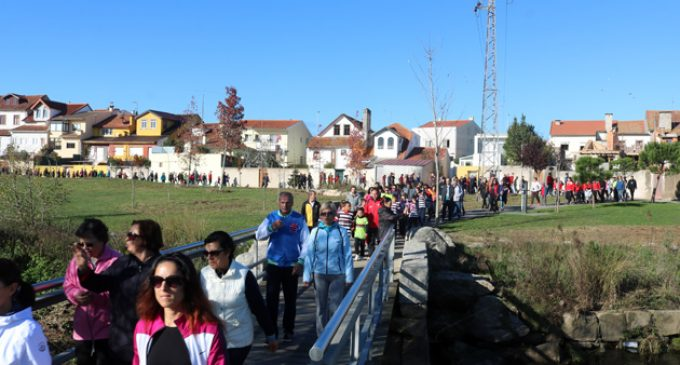 Centenas de pessoas juntam-se para uma Caminhada Solidária